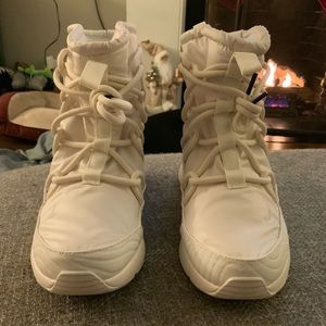 Nike Womens Tanjun Snow Boots Size 8 White Cream